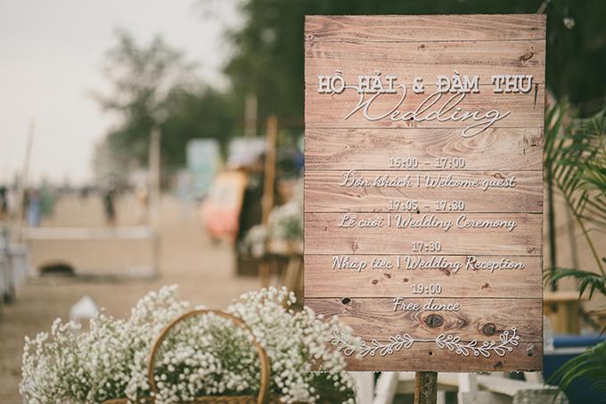 Cặp vợ chồng đã in sẵn lịch trình đám cưới ở bảng thông báo được đặt tại khu vực tiếp tân.