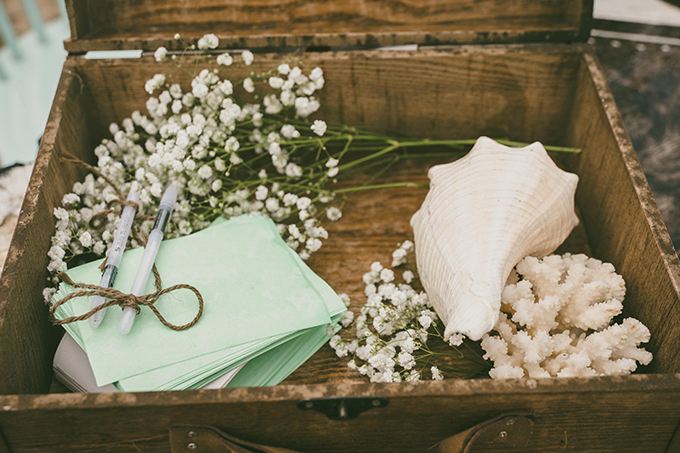 Những vị khách tham dự tiệc cưới đều được mời viết lời chúc phúc cho cô dâu chú rể.