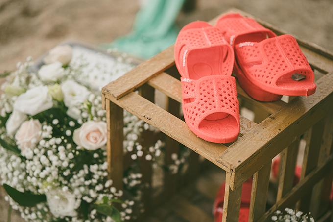 Nhằm đem lại sự thoải mái cho khách mời, Hải và Thu chuẩn bị dép tổ ong nhiều sắc màu để khách thay trong tiệc cưới.