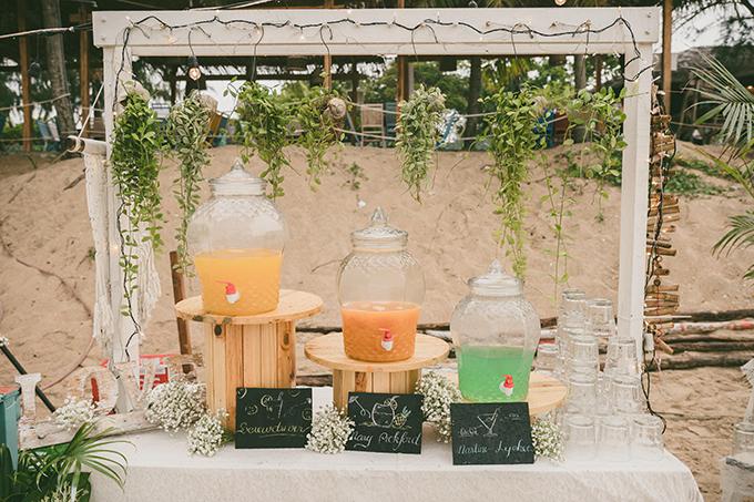 Quầy đồ uống được trang trí bởi hoa tươi mang phong cách mộc mạc, trẻ trung.