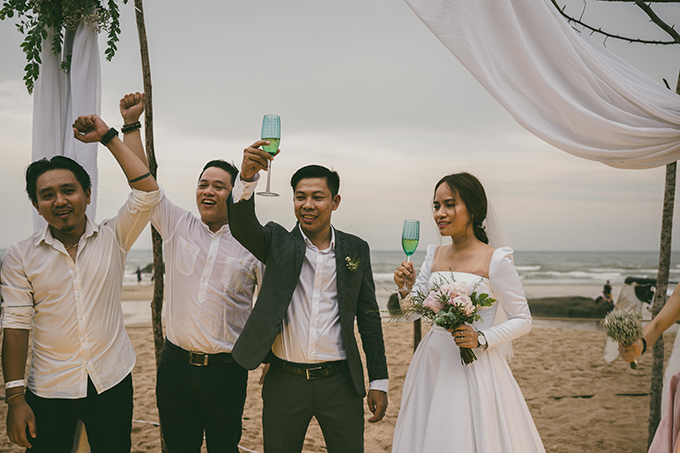 Cái khó xảy ra trong ngày cưới là tới giờ làm lễ, trời vẫn lác đác mưa. Sau lời kêu gọi của MC và chú rể, toàn bộ khách mời đã yên vị tại chỗ ngồi, thực hiện cử chỉ đẹp là cất toàn bộ dù, nón để chào đón cô dâu và chứng kiến các nghi thức của lễ cưới. Chú rể (áo đen) thổ lộ về điều này: Những gương mặt ngày hôm nay đội mưa dự tiệc cưới của Thu và Hải là những người mà suốt đời này tôi cũng không thể quên.