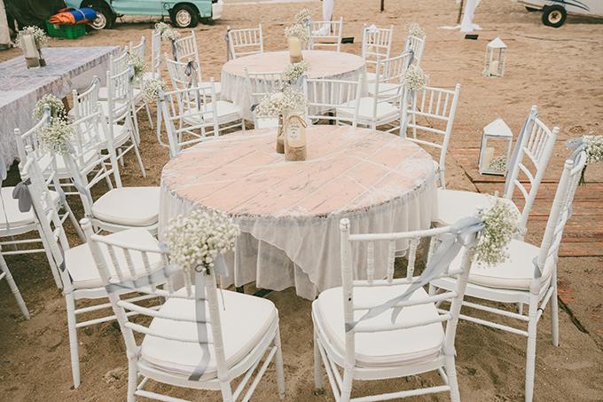 Các bàn tiệc được trang trí bởi bình hoa baby nhỏ xinh. Cặp vợ chồng chọn ghế Chiavari trắng cho tiệc cưới bên bãi biển, mang lại nét sang trọng, lãng mạn.