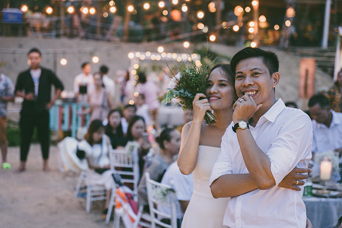 Cặp vợ chồng cùng làm trong ngành quảng cáo và truyền thông. Họ đã chọn bãi biển ở Bình Thuận - nơi cả hai gặp nhau lần đầu làm địa điểm để trao lời ước hẹn trăm năm.