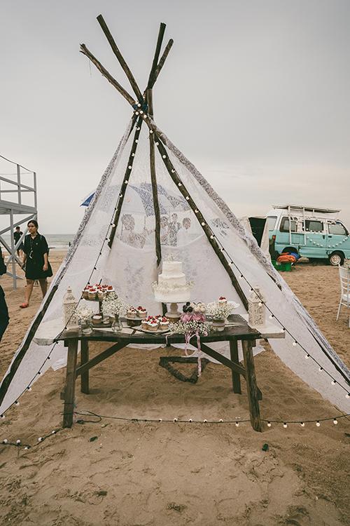 Bánh cưới ba tầng của hai vợ chồng được trang trí bởi hoa baby, không có họa tiết. Xung quanh là bánh cupcake - món ăn yêu thích của các vị khách nhí.
