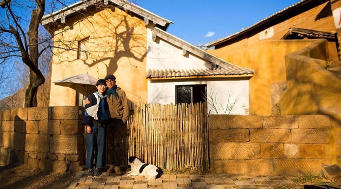 Thay vì bám trụ lại thành phố với công việc ổn định, cặp vợ chồng đũa lệch chọn cuộc sống giản dị ở làng nhỏ gần Đại Lý thuộc tỉnh Vân Nam.