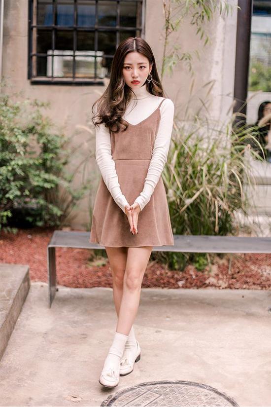 Váy hai dây là món đồ được các chị em yêu thích vào dịp hè. Bởi đây là kiểu trang phục giúp họ khoe bờ vai thon và mang lại cảm giác thoải mái. Khi mix đồ mùa thu, thay vì chức năng giải nhiệt cho cơ thể, váy hai dây lại góp phần tôn nét cá tính.