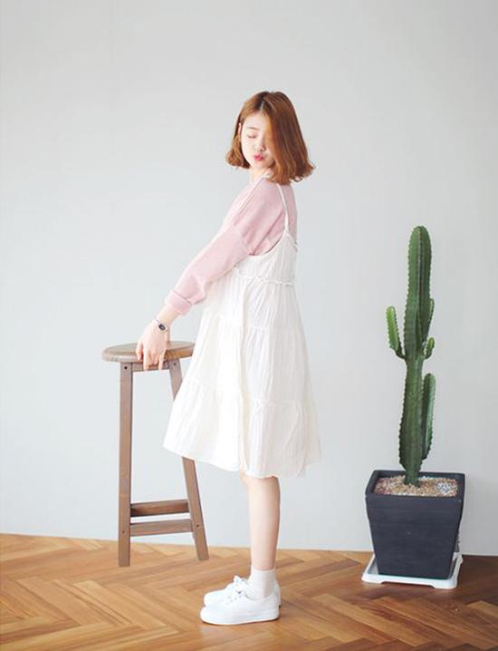 Váy vải xô mỏng manh, vải linne thoáng mát tưởng chừng chỉ hợp với mùa nóng. Nhưng chúng vẫn có thể dùng vào đầu thu khiđược phối vớicác kiểu áo len mỏng, áo dệt kim.
