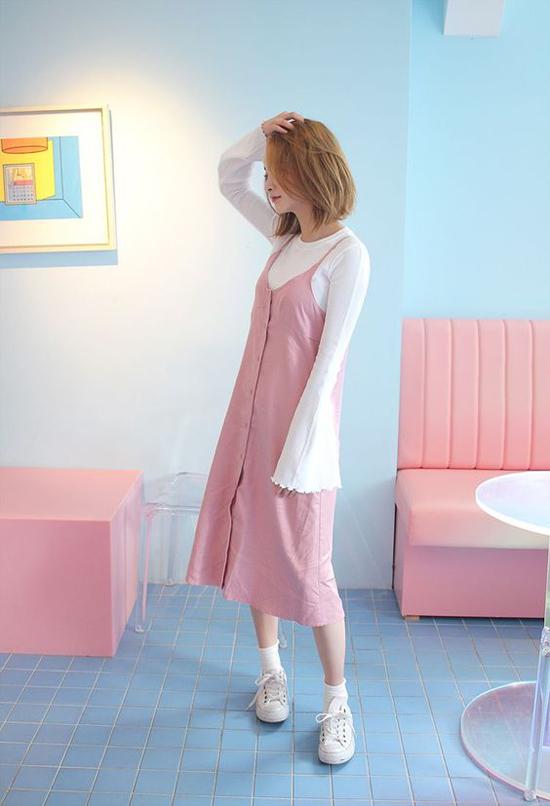 Đa phần các fashionista xứ Hàn đều chọn áo dệt kim màu trắng đen để phối hợp cùng các kiểu váy hai dây sắc màu, họa tiết bắt mắt.