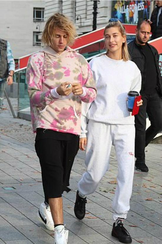 Ngày 18/9, Justin Bieber và Hailey Baldwin xuất hiện tại London Eye (Vòng quay thiên niên kỷ). Hai người mặc trang phục năng động thoải mái, vui vẻ cười nói trên đường đi.