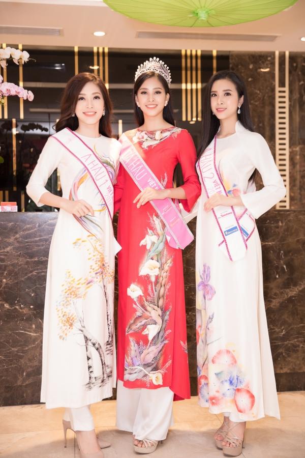 Từ trái qua: Á hậu Phương Nga, Hoa hậu Tiểu Vy và Á hậu Thúy An duyên dáng trong tà áo dài.