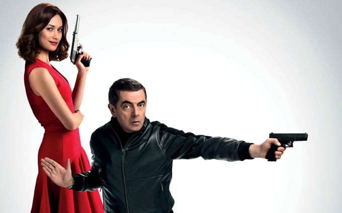 Olga Kurylenko và Rowan Atkinson chụp hình quảng bá phim với tạo hình nhân vật của họ. Ảnh: Universal