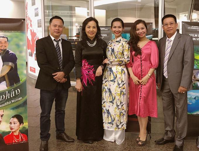 Cô rạng rỡ chụp hình cùng bà Ngô Phương Lan (Cục trưởng Cục điện ảnh) và nhiều thành viên khác của đoàn Việt Nam.