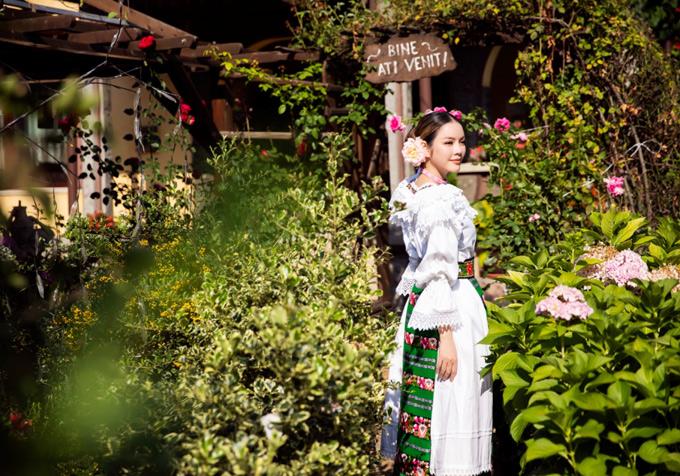 Lãnh sự danh dự Romania tại TP HCM mặc trang phục họa tiết truyền thống của người địa phương đi dạo chơi, ngắm cảnh thiên nhiên.