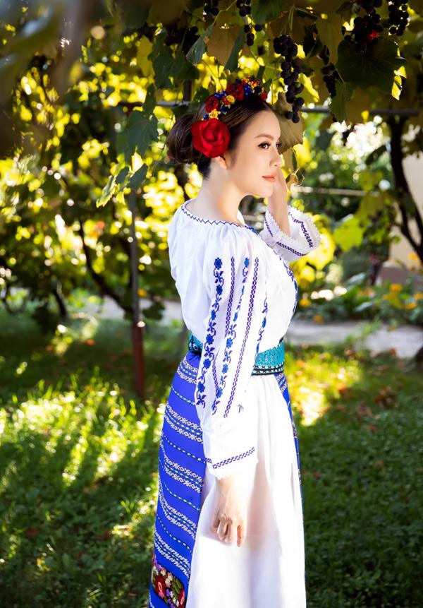 Lý Nhã Kỳ chia sẻ, cô rất thích trang phục của người Romania. Nữ diễn viên muốn tìm hiểu về văn hóa, đất nước này để góp phần quảng bá, thúc đẩy xúc tiến hợp tác kinh tế, du lịch giữa Việt Nam - Romania.