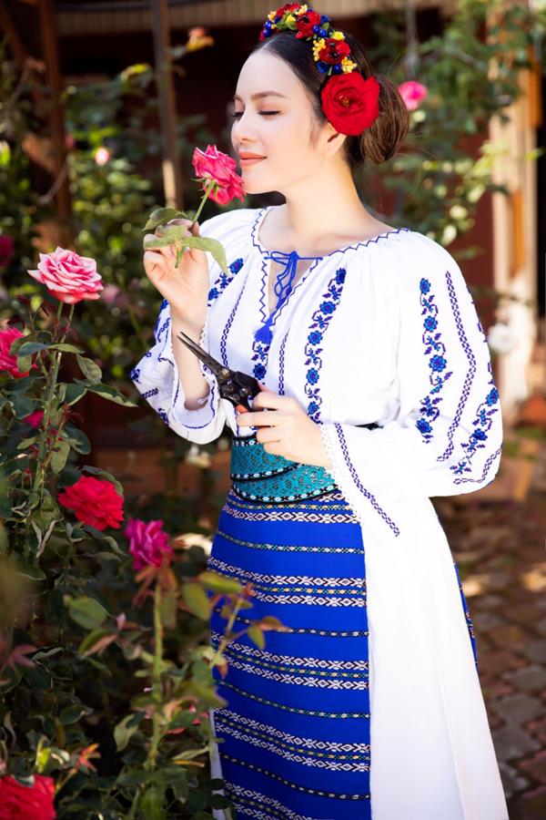 Cựu Đại sứ Du lịch Việt Nam ngất ngây trước vẻ đẹp và hương thơm của những đóa hồng châu Âu.
