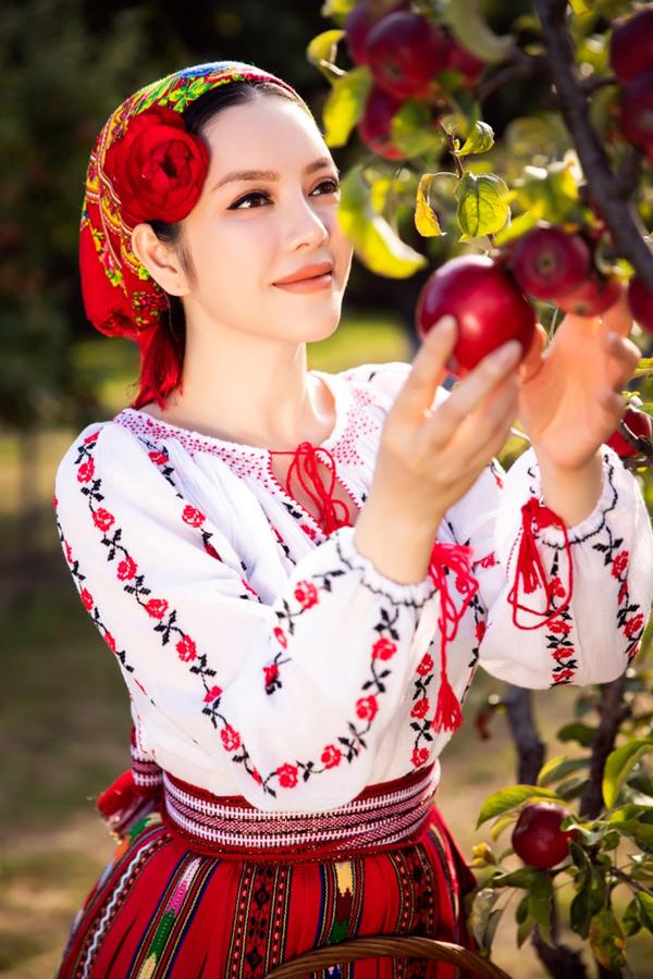 Lý Nhã Kỳ ra dáng một thiếu nữ Romania thực thụ.