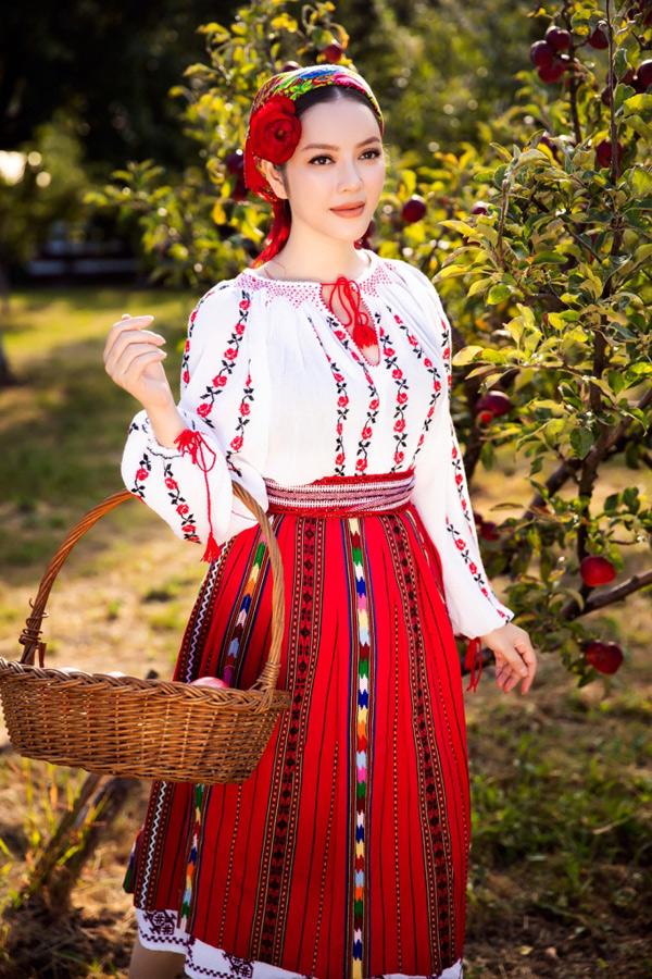 Việc mặc trang phục truyền thống của Romania khi làm việc, tham quan cảnh đẹp nơi đây là cách tôi thể hiện sự tôn trọng và yêu quý những giá trị truyền thống vànét văn hóa đặc trưng của nước bạn, Lý Nhã Kỳ nói.