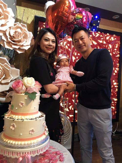Thanh Thảo và ông xã hạnh phúc trong tiệc mừng đầy tháng con gái.