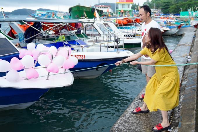 Vợ chồng diễn viên Thu Trang - Tiến Luật kết hợp vừa tham gia chương trình Việt Nam tươi đẹp vừa nghỉ ngơi tại đảo Phú Quốc. Chuyến đi trùng dịp sinh nhật của bà xã, Tiến Luật bí mật cùng êkíp chuẩn bị món quà.