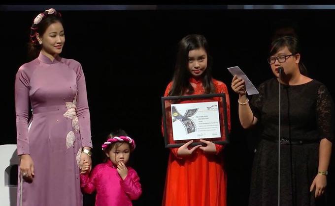 Maya diện áo dài, cùng con gái Bồ Câu dự lễ bế mạc LHP Toronto lần thứ 43 diễn ra tại Canada cuối tuần qua. Phim Người vợ ba của Việt Nam đoạt giải Best Asia Film.