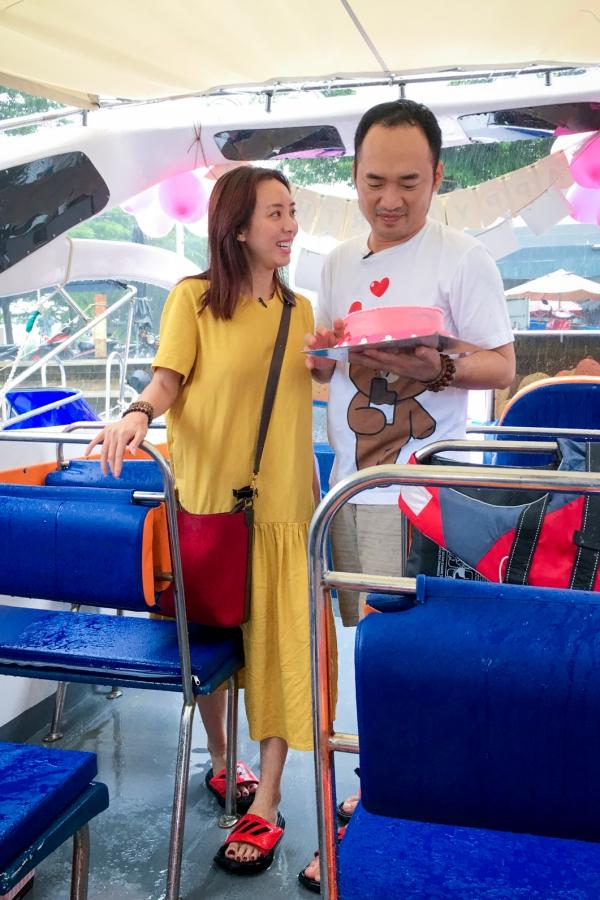 Thu Trang hạnh phúc với chiếc canô được trang trí bong bóng và chiếc bánh kem.