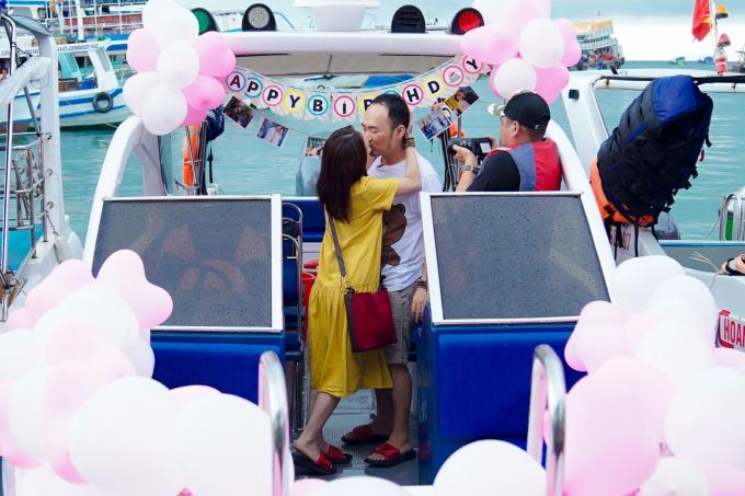 Thu Trang dành tặng ông xã một nụ hôn ngọt ngào thay lời cám ơn. Nữ diễn viên tâm sự Tiến Luật không phải tuýp người lãng mạn nên đây là lần đầu tiên chị nhận được quà sinh nhật bất ngờ như thế.