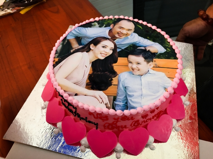 Chiếc bánh kem in hình gia đình vợ chồng Thu Trang - Tiến Luật hạnh phúc bên nhau.