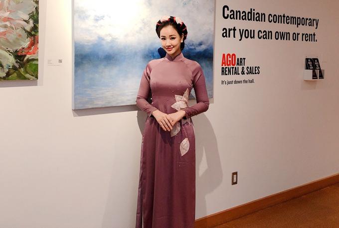 Người đẹp diện áo dài hoa sen, khoe vẻ duyên dángkhi dự sự kiện điện ảnh ở Canada.