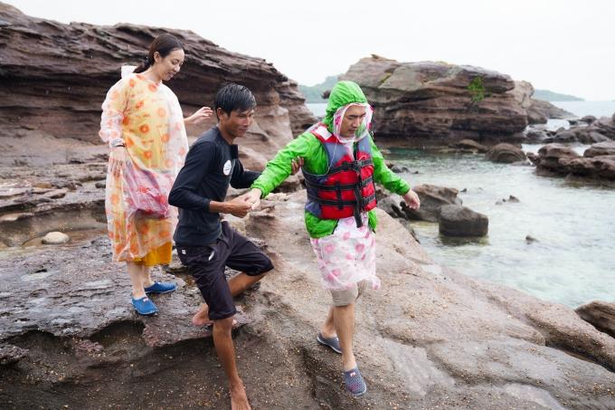 Thời tiết tại Phú Quốc gặp nhiều bất lợi. Dù vậy, đôi vợ chồng vẫn quyết mặc áo mưa rongchơi khắp nơi nhân chuyến đi chơi hiếm hoi.