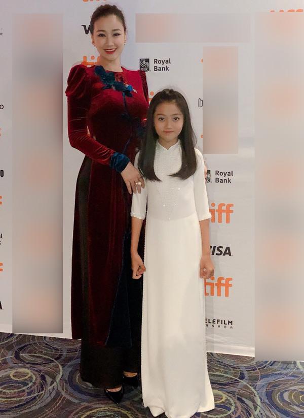 Maya chụp ảnh cùng bé Cát Vy - diễn viên nhí của phim Người vợ ba.