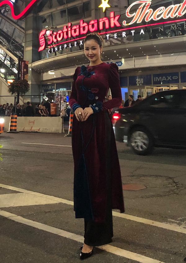 Nữ diễn viên chuẩn bị nhiều áo dài để mặc trong những ngày ở Canada. Cô muốn thể hiện lòng tự hào và giới thiệu hình ảnh Việt Nam với bạn bè quốc tế.