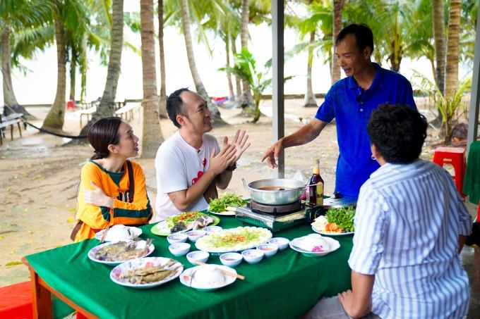 Tiến Luật tiếp tục đưa Thu Trang đến hòn Mây Rút hoang sơ. Tại đây, đôi vợ chồngđược người dân mời thưởng thức các món đặc sản Phú Quốc như lẩu cá mú chấm nước mắm, gỏi cá trích, hay cá rìa nướng muối ớt.