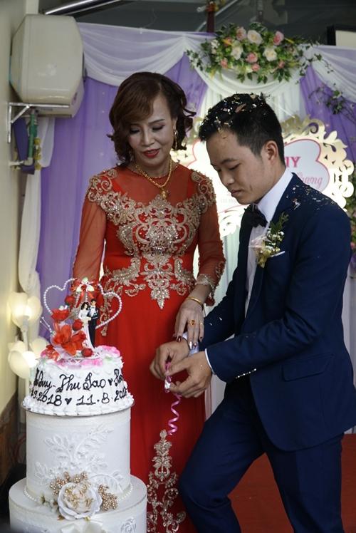 Cặp vợ chồng đũa lệch tình tứ trong ngày cưới.