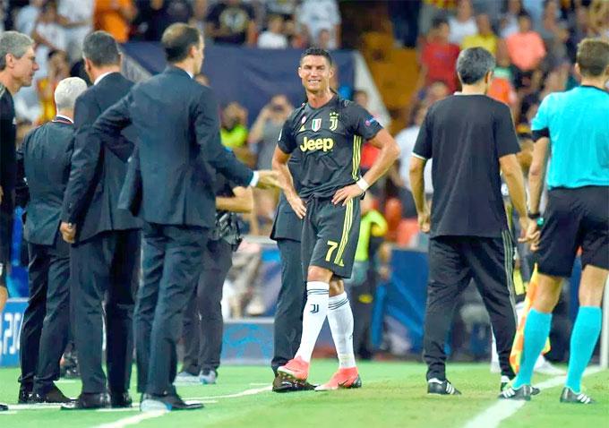 C. Ronaldo khóc không ngừng vì nhận thẻ đỏ - 6