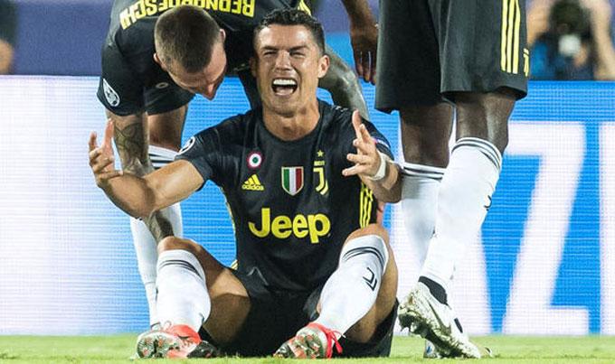 C. Ronaldo biểu lộ cảm xúc mạnh vì lần đầu nhận thẻ đỏ tại Champions League.