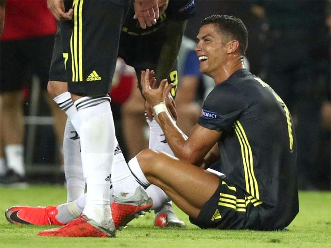 Không tin nổi vào việc bị truất quyền thi đấu ngay trong trận đầu tiên chơi tại Champions League cho Juventus, Ronaldo vừa mếu máo vừa phản đối trọng tài. Khi rời sân và đi vào đường hầm, ngôi sao Bồ Đào Nha tiếp tục khóc dù nhận được sự thông cảm của HLV đôi bên, cũng như huyền thoại Pavel Nedved.