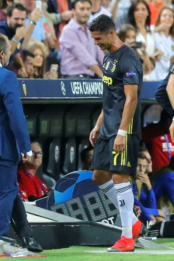 C. Ronaldo khóc không ngừng vì nhận thẻ đỏ - 10
