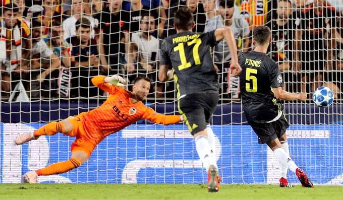 Mất người nhưng Juventus vẫn giành chiến thắng 2-0 nhờ hai quả phạt đền do Pjanic thực hiện ở phút 45 và 51.