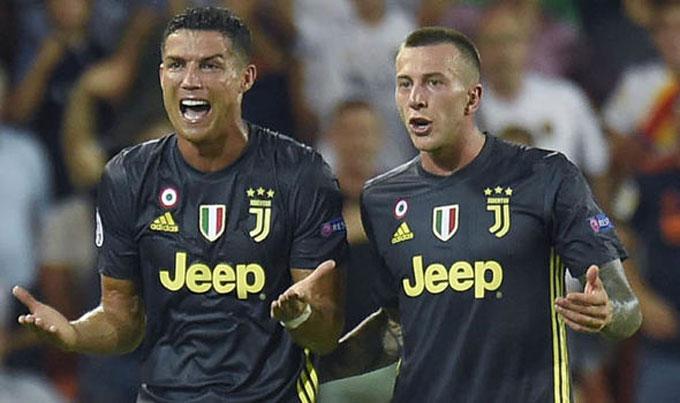 C. Ronaldo ngỡ ngàng khi trọng tài rút thẻ đỏ đuổi anh khỏi sân sau tình huống va chạm ở phút 29. Juventus chơi thiếu người trên sân khách khi tỷ số là 0-0.