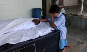 Em bé Ấn Độ nức nở bên thi thể người bố tử vong dưới cống