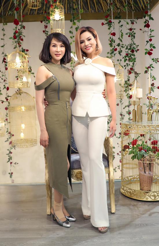 MC Thanh Mai và Vũ Thu Phương cùng khoe dáng trong hai kiểu trang phục ôm sát body.