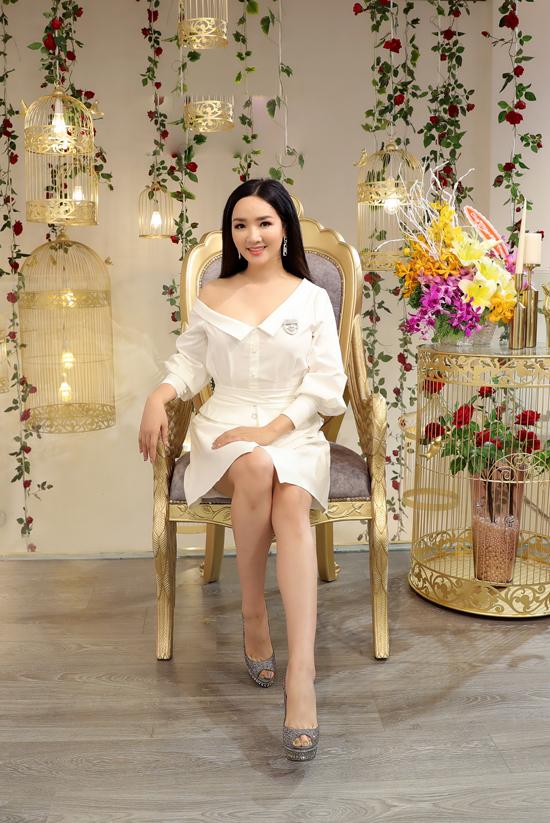 Giáng My nhận được nhiều lời khen ngợi trẻ trung hơn tuổi bởi cách chọn trang phục trắng và lỗi trang điểm nhẹ nhàng.