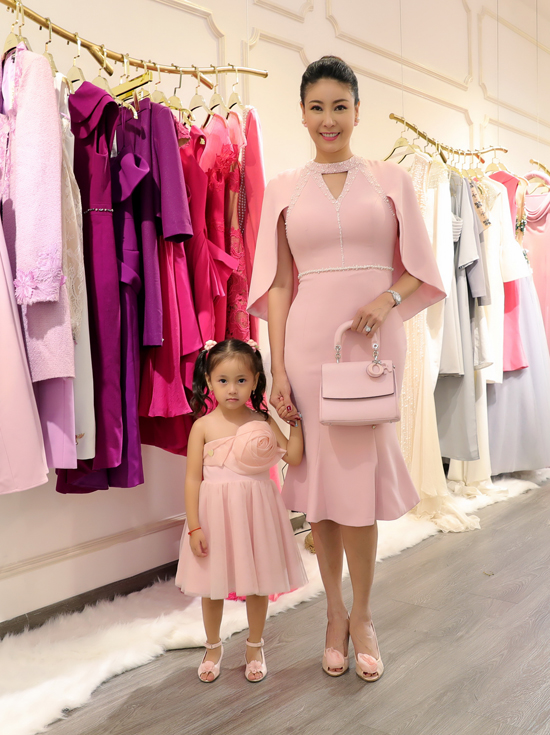 Người đẹp Hà Kiều Anh và con gái diện váy hồng đồng điệu khi đi dự tiệc.