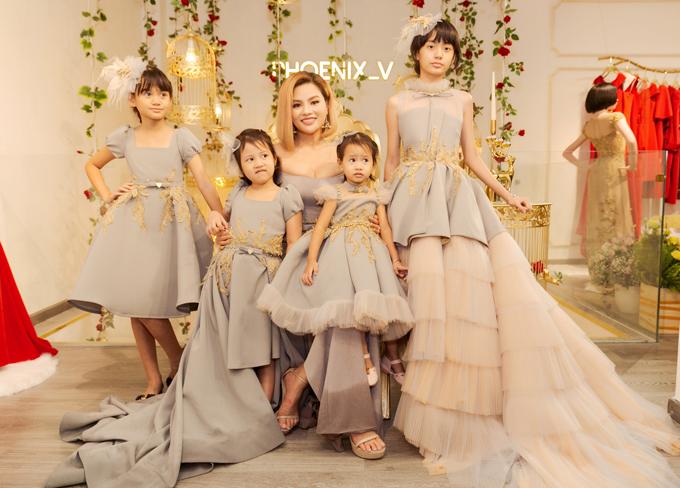 Để chuẩn bị cho sự xuất hiện của mình cùng các công chúa trong gia đình, Vũ Thu Phương đã thiết kế riêng bộ sưu tập váy dạ hội cho mẹ và bé.