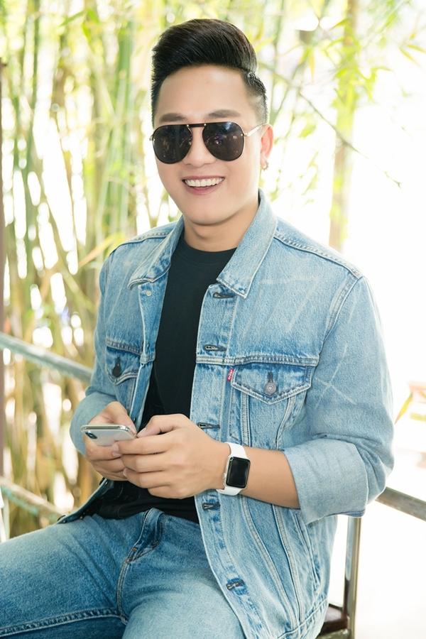 Châu Khải Phong diện trang phục jeans năng động tham gia một sự kiện âm nhạc tại TP HCM.