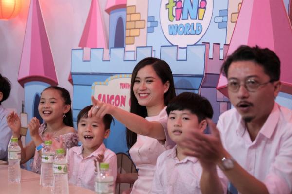 Gia đình Lâm Vỹ Dạ - Hứa Minh Đạt và hai con trai thích thú trước khung cảnh tiệc sinh nhật như một câu chuyện cổ tích tại Tiniworld Takashimaya Sài Gòn.
