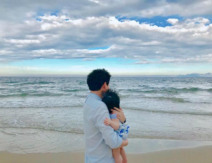 Thu Thảo yêu thích chụp hình ông xã và con gái.