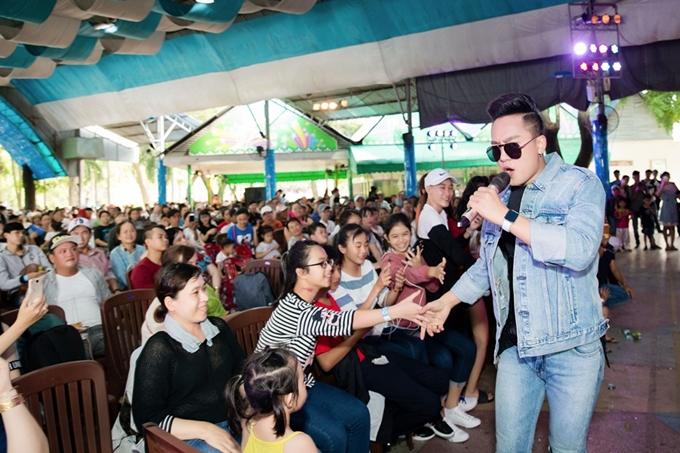 Châu Khải Phong xuống sân khấu hòa theo sự cuồng nhiệt của khán giả.
