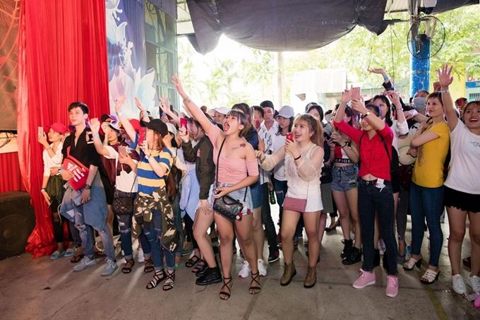 Nhiều khán giả trẻ không ngừng hò reo, cổ vũ nam ca sĩ.