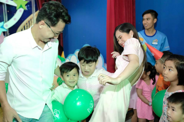 Hứa Minh Đạt -Lâm Vỹ Dạ và hai con cùng tham gia trò chuyền bóng.
